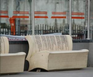 Moderne stoelen bij de tramhaltes